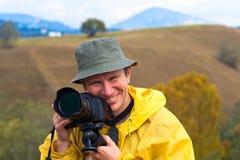 Gelukkige fotograaf op de achtergrond van de de herfstberg royalty-vrije stock foto's