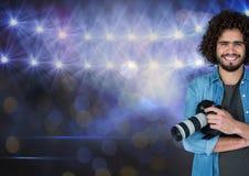 gelukkige fotograaf voor stadionlichten met vage lichten royalty-vrije stock fotografie