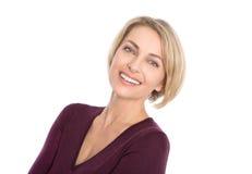 Gelukkige geïsoleerde blonde rijpe vrouw met witte tanden en trui stock foto
