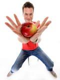 Gelukkige geïsoleerde mens in rood overhemd met appel Royalty-vrije Stock Foto's