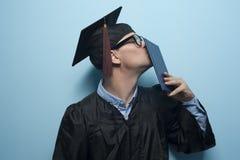 Gelukkige gediplomeerde mens met diploma in handen royalty-vrije stock foto's