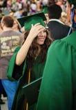 Gelukkige gediplomeerde tiener stock foto