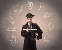 Gelukkige gediplomeerde tiener met hand getrokken schoolpictogrammen Stock Foto