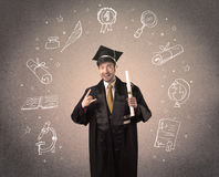 Gelukkige gediplomeerde tiener met hand getrokken schoolpictogrammen Royalty-vrije Stock Afbeeldingen
