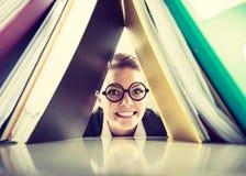 Gelukkige gekke accountant met stapels van bindmiddelen Stock Foto