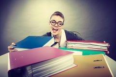 Gelukkige gekke accountant met stapels van bindmiddelen Royalty-vrije Stock Fotografie