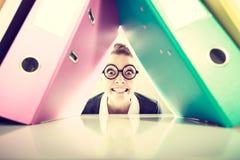 Gelukkige gekke accountant met stapels van bindmiddelen Stock Afbeeldingen