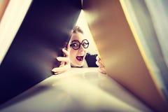 Gelukkige gekke accountant met stapels van bindmiddelen Stock Foto's