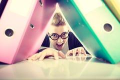 Gelukkige gekke accountant met stapels van bindmiddelen Stock Afbeelding