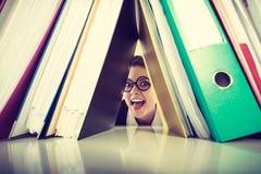 Gelukkige gekke accountant met stapels van bindmiddelen Royalty-vrije Stock Foto