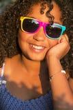 Gelukkige Gemengde het Kindzonnebril van het Ras Afrikaanse Amerikaanse Meisje royalty-vrije stock afbeeldingen