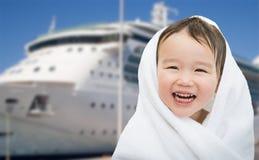 Gelukkige Gemengde Ras Chinese en Kaukasische Jongen dichtbij Cruiseschip Stock Foto's