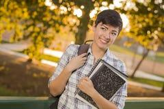 Gelukkige Gemengde Ras Vrouwelijke Student Looking Away stock afbeeldingen