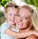 Gelukkige gezichten van de moeder en het meisje Royalty-vrije Stock Foto