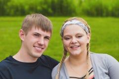 Gelukkige gezichten van jong paar die bij camera glimlachen Stock Foto's
