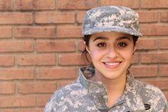 Gelukkige gezonde etnische leger vrouwelijke militair Stock Afbeeldingen