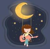 gelukkige glazenmeisje het spelen gitaar op schommeling onder de toenemende maan royalty-vrije stock fotografie