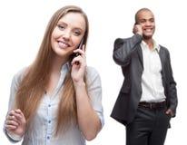 Gelukkige glimlachende bedrijfsmensen die door mobiele telefoon roepen Royalty-vrije Stock Fotografie