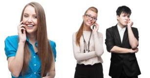 Gelukkige glimlachende bedrijfsmensen die door mobiele telefoon roepen Royalty-vrije Stock Foto's