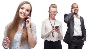 Gelukkige glimlachende bedrijfsmensen die door mobiele telefoon roepen Royalty-vrije Stock Foto