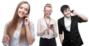 Gelukkige glimlachende bedrijfsmensen die door mobiele telefoon roepen Royalty-vrije Stock Afbeeldingen