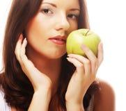 Gelukkige glimlachende die vrouw met appel, op wit wordt geïsoleerd Royalty-vrije Stock Fotografie