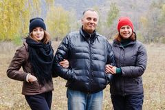 Gelukkige glimlachende familie: mamma, papa en dochtertiener stock foto