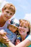 Gelukkige glimlachende familie op blauwe hemelachtergrond Royalty-vrije Stock Afbeeldingen