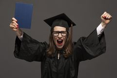 Gelukkige glimlachende gediplomeerde vrouwelijke student met diploma royalty-vrije stock fotografie
