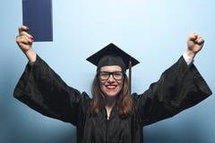 Gelukkige glimlachende gediplomeerde vrouwelijke student met diploma stock fotografie
