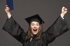 Gelukkige glimlachende gediplomeerde vrouwelijke student royalty-vrije stock afbeelding