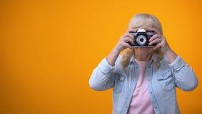 Gelukkige glimlachende gepensioneerdenvrouw die foto, hobby en ontspanning nemen, vrije tijd stock footage