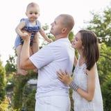 Gelukkige glimlachende gewaagde familie van slanke geschikte mooie donkerbruine moeder, royalty-vrije stock afbeeldingen