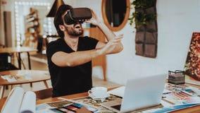 Gelukkige Glimlachende Grafische Ontwerper Testing VR binnen stock fotografie