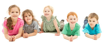 Gelukkige glimlachende groep jonge geitjes op vloer royalty-vrije stock foto's