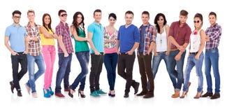 Gelukkige glimlachende groep vrienden die zich verenigen Stock Foto