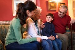 Gelukkige glimlachende grootouders met hun kleinzoon stock fotografie