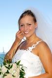 Gelukkige glimlachende huwelijksbruid met boeket. stock foto's