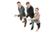 Gelukkige glimlachende jonge bedrijfsmensen die op muur richten Stock Fotografie