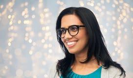Gelukkige glimlachende jonge Indische vrouw in glazen royalty-vrije stock afbeeldingen