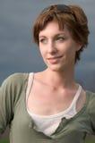 Gelukkige, glimlachende jonge mooie vrouw in openlucht Stock Afbeelding