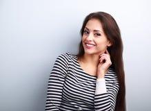 Gelukkige glimlachende jonge toevallige vrouw met het lange haar kijken Royalty-vrije Stock Foto's