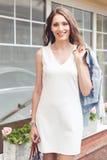 Gelukkige glimlachende jonge vrouw met bruin haar in openlucht Stock Fotografie