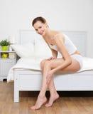 Gelukkige glimlachende jonge vrouw met mooie benen stock afbeelding