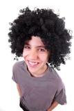 Gelukkige glimlachende jongen met zwarte pruik royalty-vrije stock afbeelding
