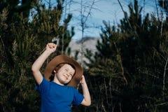 Gelukkige Glimlachende jongen openlucht in van het de zomer bos 6 oude jaar jonge geitje in h Royalty-vrije Stock Foto