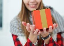 Gelukkige glimlachende Kaukasische vrouw met giftdoos in handen Stock Afbeeldingen