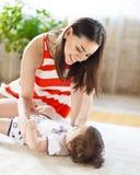 Moeder met het oude babymeisje van acht maanden binnen Stock Fotografie