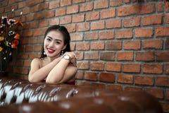 Gelukkige glimlachende mooie jonge sexy vrouw in rode partijkleding stock foto's