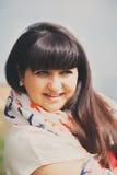 Gelukkige glimlachende mooie te zware jonge vrouw in witte T-shirt en sjaal met anker in openlucht Zekere vette jonge vrouw Royalty-vrije Stock Foto